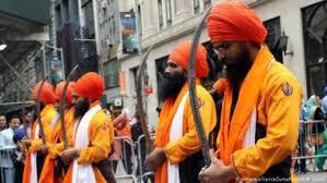 लंदन में दो ब्रिटिश सिखों ने तलवार और चाकू से सड़क पर किया हंगामा