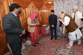 तीन दिवसीय दौरे में कश्मीर के शहीद पुलिसकर्मी के परिजनों से मिले गृह मंत्री शाह, आतंकियों से निपटने का भी बनाएंगे प्लान